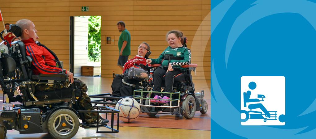 Menschen mit Handicap beim Powerchair Football – Fußball im Elektrorollstuhl.
